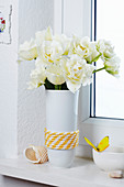 Blumenvase mit Boots-Seil dekoriert