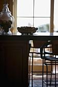 Ausschnitt einer Küchentheke mit Stühlen vor Terrassentür