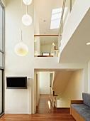 Vorraum nach oben offen mit Galerie und Pendelleuchtengruppe an Decke
