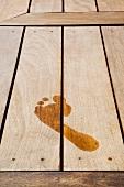 Nasser Fussabdruck auf Holzboden