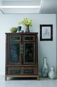 Antiker Holzschrank und Bodenvasen in einer Diele