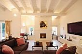 Braunes Sofa übereck und schlichte Couchtische in klassisch modernem Wohnraum mit Rippendecke