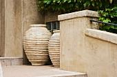 Helle, griechische Amphoren in Nische auf Aussentreppe mit gemauerter Brüstung