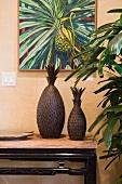 Ananas-Gemälde über Konsolentisch mit Dekoflaschen in Ananasform