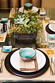 Keramikschüsseln, innen blauweiss verlaufend glasiert, auf festlich gedecktem Glastisch