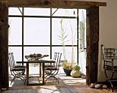 Esstisch im ländlichen Anbau mit verglaster Fassade