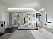 Offenes Schlafzimmer mit Ankleide im Designerstil