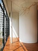 Vorraum mit zylinderförmigen Einbauten auf Parkettboden