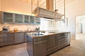 Edelstahlküche mit Küchenblock und Dunstabzug