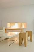 Moderne Designerhocker aus Eiche in lichtem, puristischen Wohnraum mit Feuernische