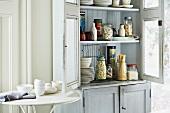 Küchenschrank mit Essensvorräten