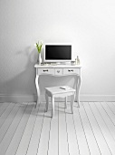 Computertisch und Stuhl in minimalistischem Raum