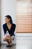 Geschäftsfrau mit Wasserflasche