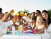 Menschen beim Abendessen im Freien