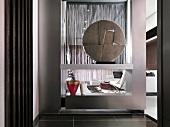 Kunstobjekt in modernem Regal als Raumteiler in offenem Vorraum