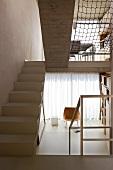 Verschiedene Wohnbereiche in offenem Split Level mit Treppe in zeitgenössischer Architektur