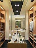 Ein moderner, begehbarer Kleiderschrank mit direktem Zugang ins Badezimmer
