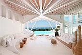 Strahlenförmig zulaufende Deckenbalken in einer Lounge mit Meerblick