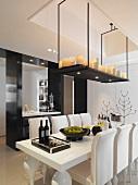 Von Decke abgehängte Ablage mit Kerzen über postmodernen Esstisch mit passenden Stühlen