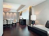 Eleganter Wohn/Essraum im klassischen Stil mit dunklem Edelholzparkett