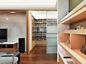 Massgefertigte Einbauten im Wohnbereich eines modernen Hauses