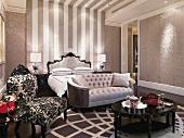 Sitzbereich mit klassischen Polstermöbeln zum Mustermix im eleganten Schlafzimmer