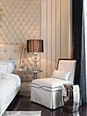 Stilmix im Sitzbereich eines klassisch eleganten Schlafzimmers
