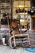 Alter Holz-Schaukelstuhl auf einer Holzveranda