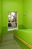 Grün gestrichenes Treppenhaus in einer Schule
