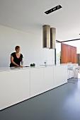 weiße Designer Kücheninsel mit Doppel-Abzugshaube