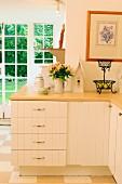 Hell getönte Landhausküche mit umlaufendem Unterschrank