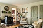 Wohnbereich im Vintagestil mit freistehendem Ofen vor dem Kamin und Einblick in helles Zimmer im Hintergrund