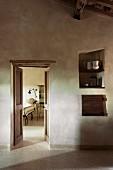 Blick aus mediterranem Vorraum in ein Gästezimmer