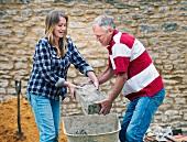 Vater und Tochter arbeiten zusammen