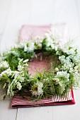 Kranz aus Nigella, Wiesenkerbel, Leimkraut und kleinblütigen zartrosa Nelken