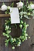 Kranz und Blüten zum Trocknen auf Kleiderbügel mit Kärtchen zum Beschriften (Wiesenkerbel, Leimkraut, Rosen)