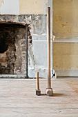Grosser und kleiner Hammer auf dem Boden vor einem Kamin