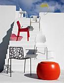 Verschiedene Designerstühle auf weißer Treppe