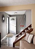 Eingangsbereich in Naturfarben mit Treppenaufgang