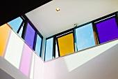 Blick nach oben auf farbige Kippfenster zeitgenössischer Architektur