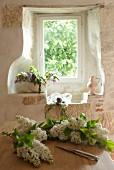 Fensternische mit Blumendeko im Chateau Maignaut (Pyrenäen, Frankreich)