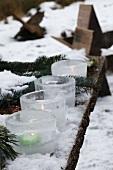 Eislaternen im Schnee