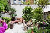 Innenhof im afrikanischem Stil mit grünen Pflanzen