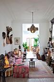 Wohnzimmer im afrikanischen Stil eingerichtet