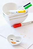 Paint your own porcelain: porcelain and glass can be drawn on using special pens