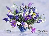 Frühlingsblumenstrauss mit Schneeglöckchen, Perlhyazinthen, Strahlenanemone und Schneeglanz