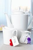 Milchkännchen verziert mit Anhängern & Pompons
