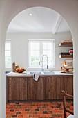 Helle Küche mit rustikalen Schranktüren und Küchenregal aus Massivholz