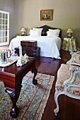 Herrschaftliches Schlafzimmer mit Antiquitäten im Kolonialstil