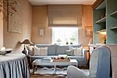 Dezente Farbkombination im Wohnraum mit Pastell getönten Wänden und Polstermöbeln im Grau